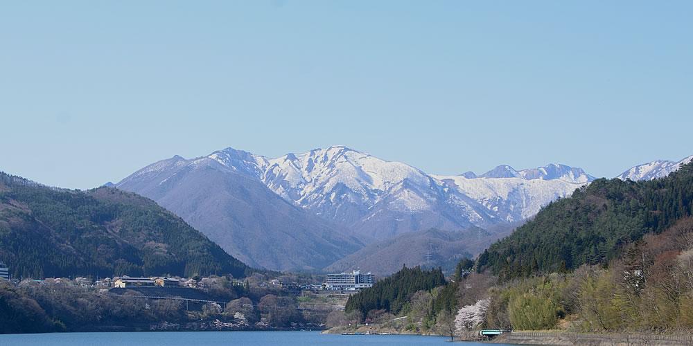 赤谷湖は景色を眺めながら、湖畔に沿った遊歩道散策がおすすめ!
